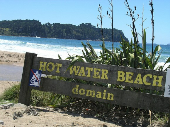 Hot Water Beach by Charlie Brewer(Creative Commons)